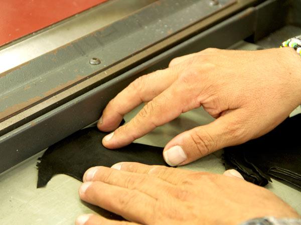 Taglio-e-incisione-cuoio-firenze